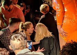 Adele e Jennifer Lawrence bêbadas no bar é o nosso sonho de rolê!