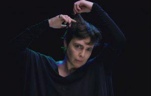 """Adriana Calcanhotto raspa o cabelo embalada pelo som da bossa nova em """"Margem"""", seu novo clipe"""