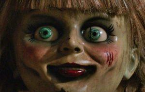 """Saiu o trailer assustador de """"Annabelle 3: De Volta Para Casa"""""""