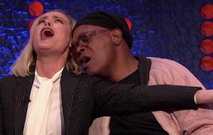 """Brie Larson e Samuel L. Jackson fizeram sua versão para o live de """"Shallow"""" no Oscar; vem ver!"""