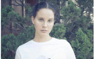 Rainha acessível! Lana Del Rey irá vender seu livro de poesias por 1 dólar!