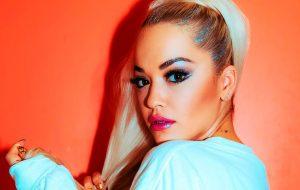 Rita Ora colabora com marca alemã para arrecadar fundos para organização humanitária