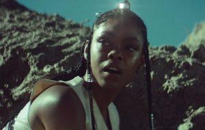 """Toda sci-fi, Xênia França embarca em viagem estelar no clipe de """"Nave"""""""