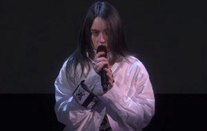 """Billie Eilish faz apresentação delicada de """"when the party's over"""" no programa da Ellen"""