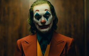 """Joaquin Phoenix só quer fazer as pessoas sorrirem no trailer emotivo de """"Coringa"""""""