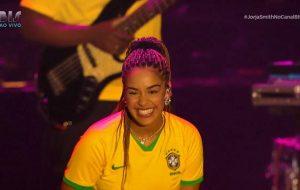 De verde e amarelo, Jorja Smith faz show encantador na sua estreia no Lollapalooza
