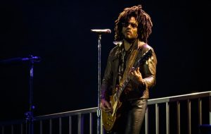No Lollapalooza, Lenny Kravitz se joga na galera, canta clássicos e faz show impecável sob a chuva