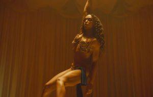 """FKA twigs faz pole dance no libertário clipe de """"Cellophane""""; assista!"""