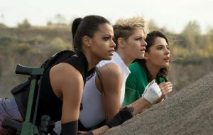 "Kristen Stewart, Ella Balinska e Naomi Scott estão prontas pro ataque nas primeiras fotos de ""As Panteras"""