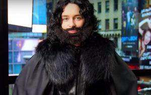 Emilia Clarke vai às ruas de Nova York fantasiada de Jon Snow!