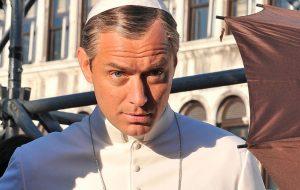 """Jude Law aparece de sunga branca nas gravações de """"The New Pope"""""""