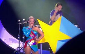 """Katy Perry e Zedd apresentam """"365"""" ao vivo pela primeira vez!"""