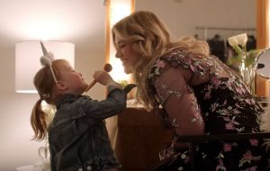 """Kelly Clarkson lança o clipe de """"Broken & Beautiful"""" com participação de sua filha"""