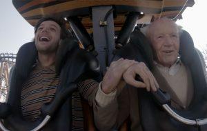 """Louis Tomlinson lança vídeo emocionante realizando desejos de um senhor para """"Two of Us"""""""