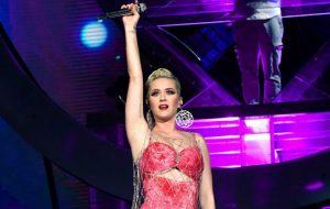 """Katy Perry irá cantar """"Con Calma"""" e """"Unconditionally"""" na final do American Idol!"""