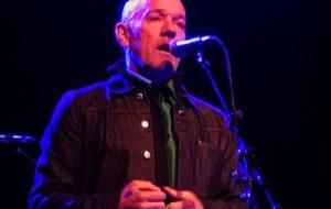 Michael Stipe canta músicas inéditas pela primeira vez após fim do R.E.M; vem ver!