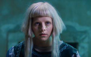 """Aurora entra em contato com a natureza no clipe sensível de """"The River"""""""