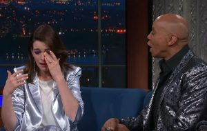 Anne Hathaway chora ao conhecer RuPaul no The Late Show; vem ver!