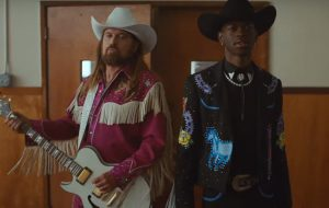 "Lil Nas X lança clipe de ""Old Town Road"" com Billy Ray Cyrus, Chris Rock e Diplo!"