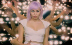 """""""Black Mirror"""": Miley Cyrus diz que seu episódio reflete """"a história das mulheres na indústria da música"""""""