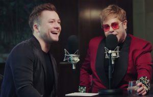 """Elton John entrevista Taron Egerton sobre """"Rocketman"""" e é só elogios: """"canta brilhantemente"""""""