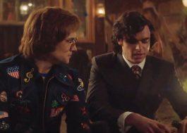 "Elton John e John Reid flertam em nova cena de ""Rocketman""; assista!"