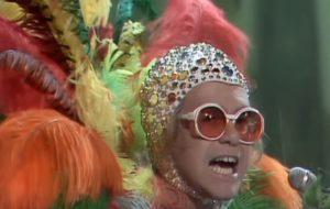 O dia em que Elton John resolveu fazer um leilão com 2 mil obras de arte e figurinos fabulosos