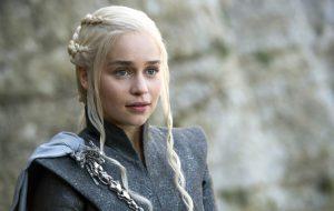 Emilia Clarke diz que relação com a própria auto-estima mudou completamente após cirurgias no cérebro