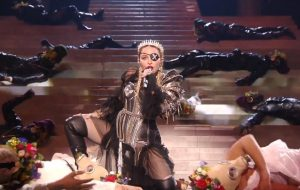 "Com protesto pela paz, Madonna canta ""Like a Prayer"" e ""Future"" no encerramento do Eurovision"