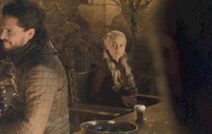"""Diretor de """"Game Of Thrones"""" fala sobre copo do Starbucks e diz que """"coisas podem ser esquecidas no set"""""""