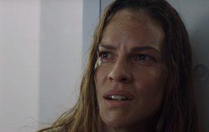 """Hilary Swank causa discórdia e eventos inesperados no trailer de """"I Am Mother"""", novo filme da Netflix"""