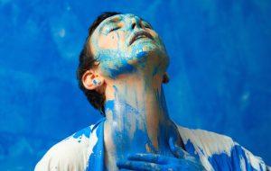 """Adriana Calcanhotto expressa sua arte e sentimentos em tons de azul no clipe de """"Lá Lá Lá""""; assista!"""