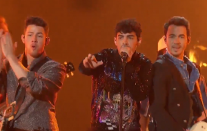 "Jonas Brothers cantam ""Jealous"", ""Cake By The Ocean"" (!!) e ""Sucker"" em show impecável no BBMAs"