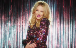 Headliner do Glastonbury, Kylie Minogue relembra cancelamento e diz estar super ansiosa para show