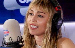 """Miley Cyrus explica trecho de nova música que diz: """"Eu te amo Nicki, mas ouço Cardi"""""""