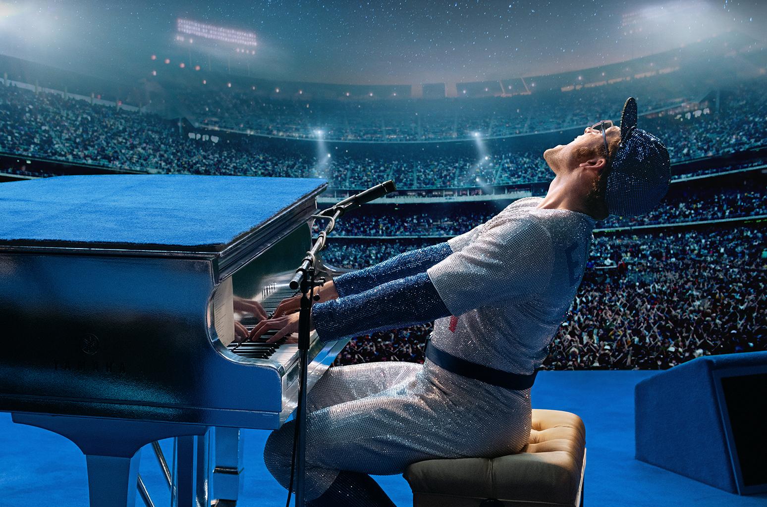 Resultado de imagem para Liberado cena da cinebiografia de Elton John, na voz do ator Taron Egerton