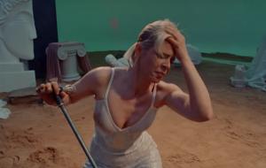 """Robyn dança muito em vídeo de """"Ever Again"""""""