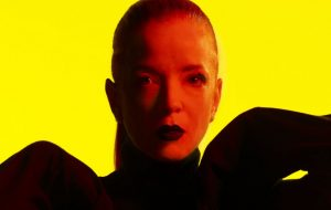 """Shirley Manson, líder do Garbage, fala sobre machismo na música: """"Sempre houve uma guerra contra as mulheres"""""""