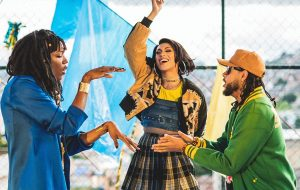 """Emicida, Pabllo Vittar e Majur trazem mensagem de conforto para os marginalizados no clipe de """"AmarElo"""""""