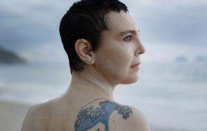 """Entrevista: Adriana Calcanhotto canta a poesia e a urgência dos oceanos em """"Margem"""", seu novo álbum"""