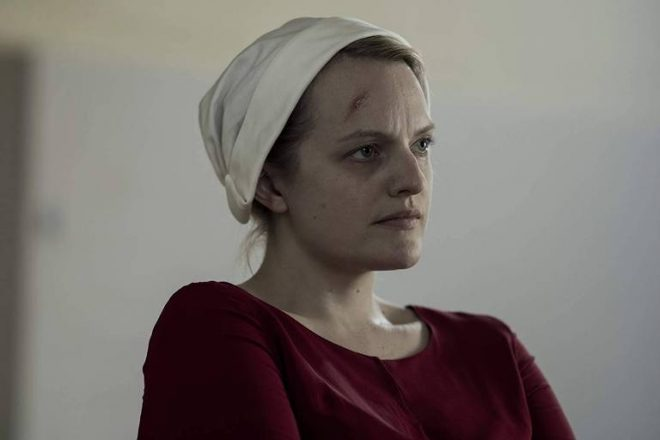 """Elisabeth Moss em """"The Handmaid's Tale"""" (Reprodução)"""