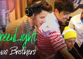 "Com cenas inéditas no estúdio, Jonas Brothers lançam lyric video para ""Greenlight"""