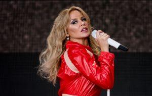 Radiante, Kylie Minogue faz multidão dançar com hits no Glastonbury Festival