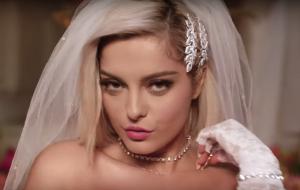 """Bebe Rexha e Jax Jones transformam casamento em balada no clipe de """"Harder"""""""