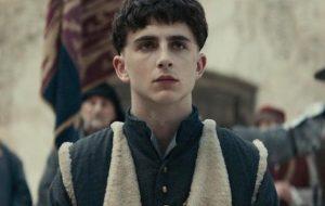 """Timothée Chalamet aparece como rei Henrique V na 1ª foto oficial de """"The King"""""""