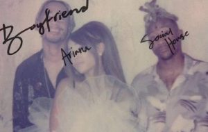 """Ariana Grande divulga capa e parte da letra de """"Boyfriend"""", seu novo single"""