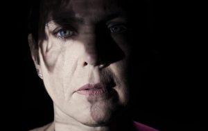 """Adriana Calcanhotto imerge no breu das noites fugazes em """"Tua"""", seu novo clipe"""