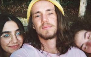 """Anavitória e Vitor Kley tiram fotos e passeiam no parque no clipe lindo de """"Pupila"""""""