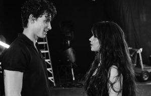 Fã pergunta se Shawn Mendes e Camila Cabello estão namorando e cantor nega