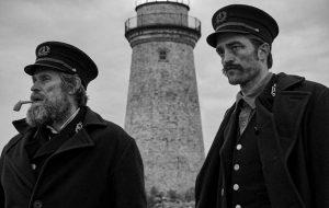 """Robert Pattinson e Willem Dafoe são funcionários de um farol no trailer de """"The Lighthouse"""""""